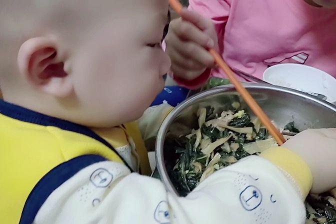 16个月的宝宝一吃饭就爱凑热闹,还要自己拿筷子夹菜,翅膀硬了呀