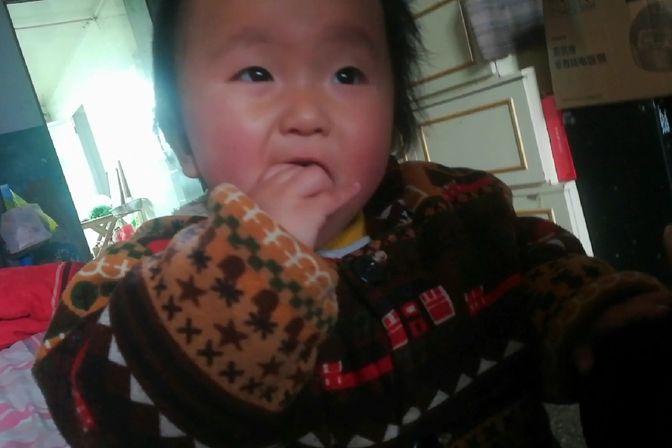 农村妈妈这样给一岁宝宝吃钙片,营业才不会流失,宝宝一学就会
