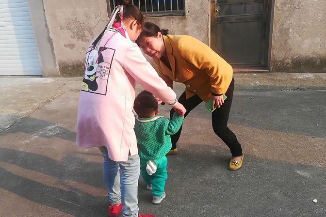 一岁宝宝还不会走路,50岁大妈这样教她,还是不喜欢