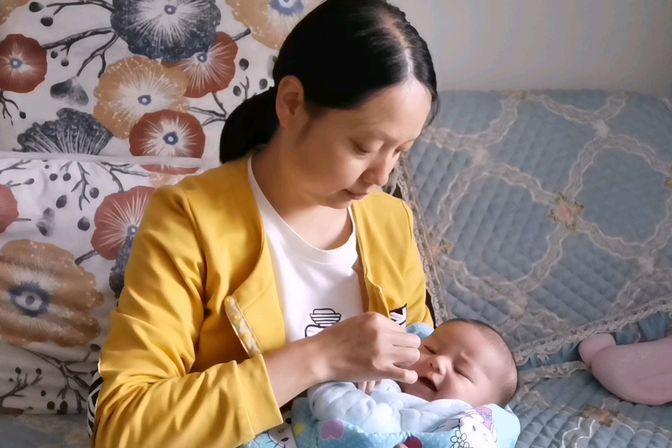 吃奶困难户,两个多月的宝宝每天只吃三至四次奶粉,还长得肉肉的