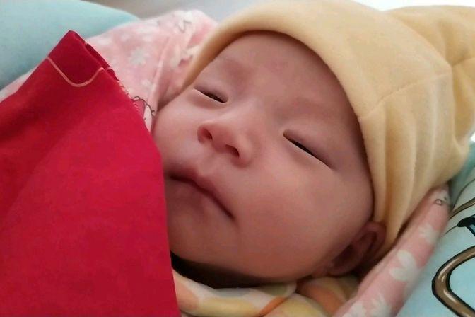 46天的宝宝吃完母乳就睡,吐奶也少了,一天比一天活泼