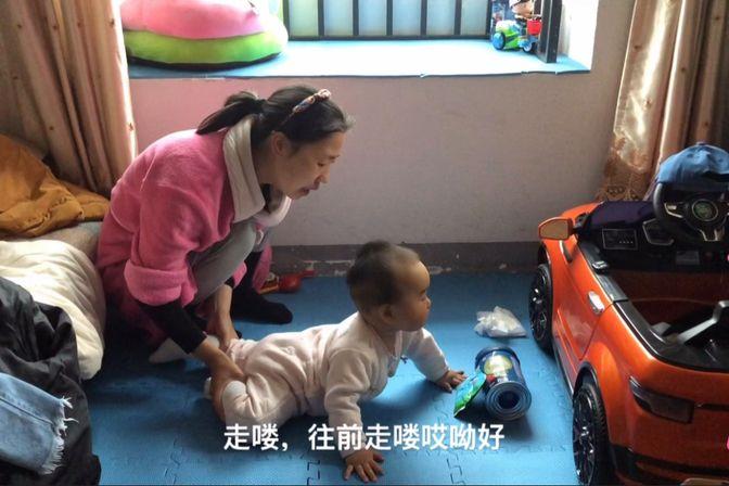十个月的宝宝不会爬不会独立站,宝妈一大早就给练习了,希望有用
