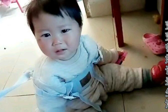 大宝吃剩下的糖小宝非要吃,不给吃坐在地上哭,一岁宝宝能吃糖吗