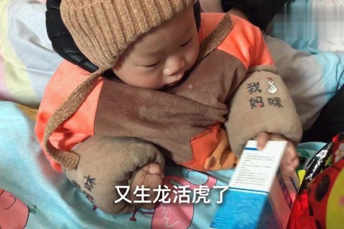 刚满1岁的宝宝去医院剪舌系带,没打麻药,出了好多血,心疼