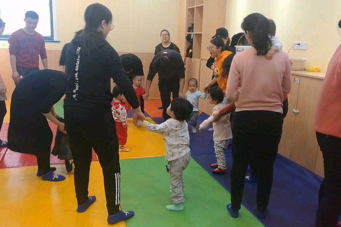 1岁7个月宝宝上早教,又唱又跳,很活跃