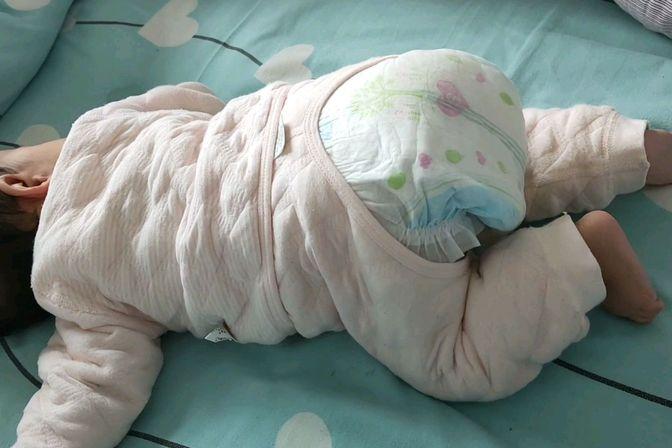 4个多月的宝宝趴着老是把屁股翘着,像着再学爬行耶