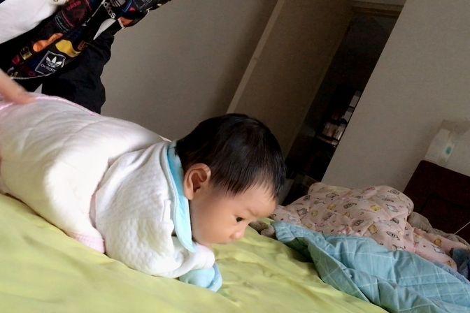 半个月的宝宝总爱立着脖子,晚上总是胀气肠绞痛,各种哭闹
