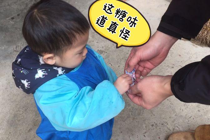 1岁多宝宝要吃糖,看看爸爸是怎么糊弄他的