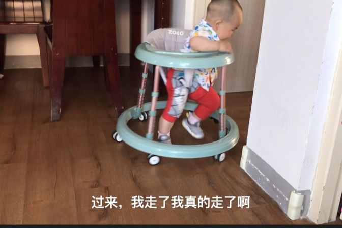 十一个月的宝宝还不会爬不会站,坐在学步车里跑的飞快,该咋办