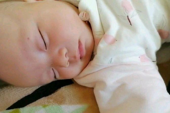 宝宝睡觉的时候做噩梦了,看起来好心疼