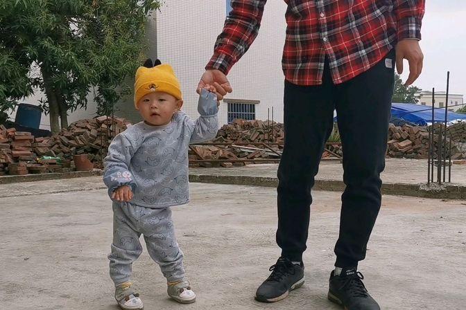 1岁多宝宝还不会走路,宝爸一旁耐心教导,应该很快就会自己走了