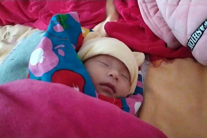 宝宝吃完母乳睡着了,妈妈在手机上查为什么吐奶,你知道吗