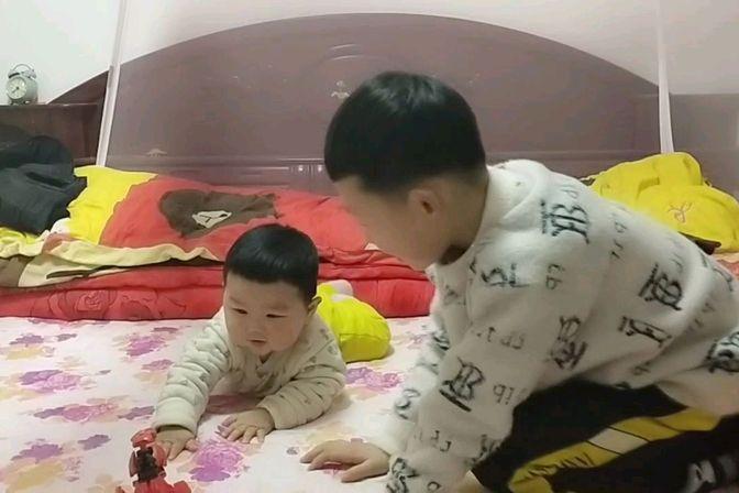会爬的宝宝聪明,10个月的宝宝还不会爬,怎么办?