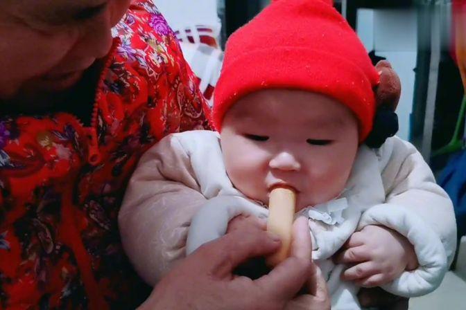 快6个月宝宝开始长牙了,给宝宝买的磨牙棒,吃的满嘴都是,可爱