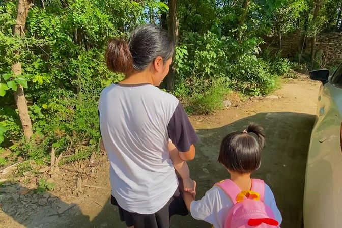 河南南阳:三岁女儿上幼儿园第五天,去接她时被老师告知拉裤子了