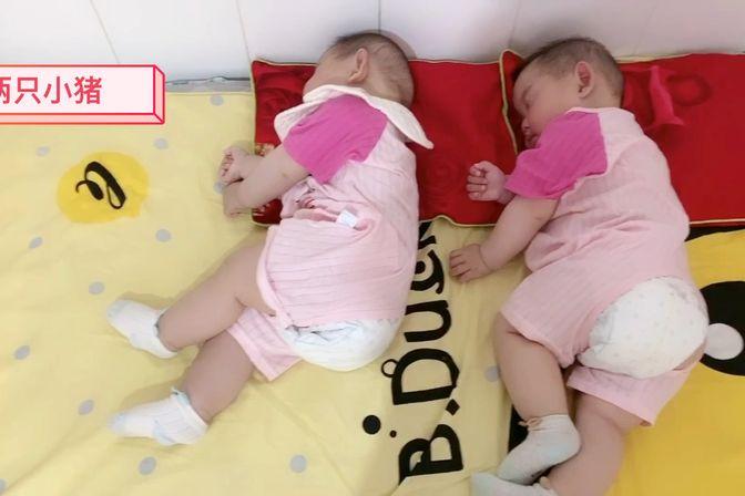 同卵双胞胎!连睡姿都一模一样!你们能分得清?
