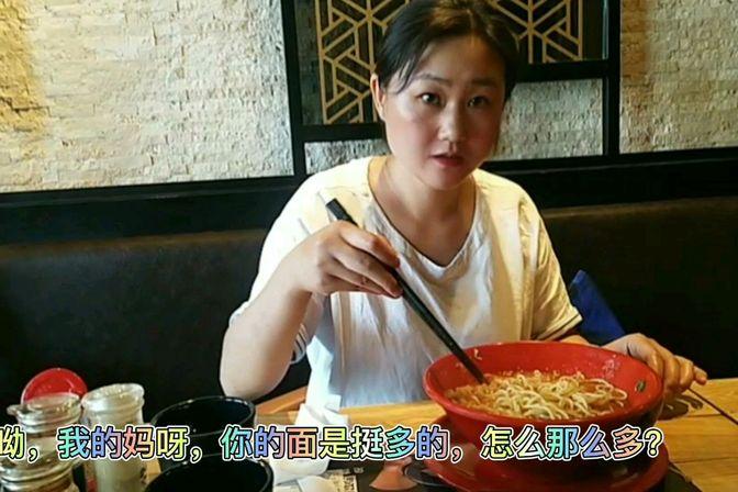 大敏儿领焦虑症妈妈吃饭,自己吃了两大碗,吃一顿顶两顿,赚啦