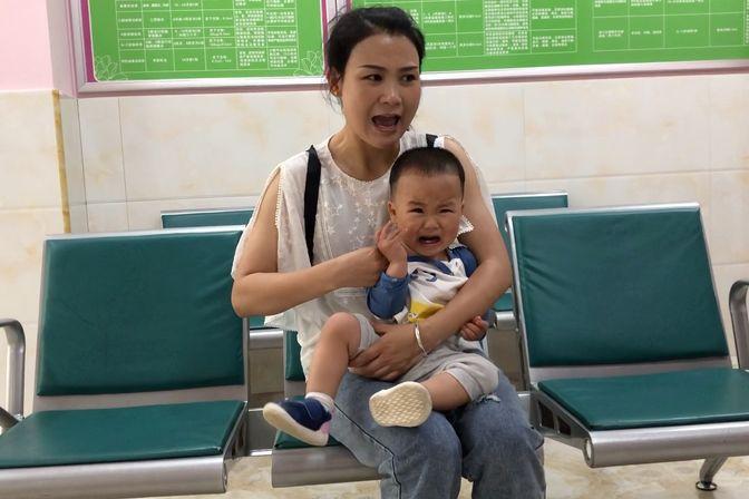 宝宝1岁懂事了,打预防针一点都不配合,哭得好伤心