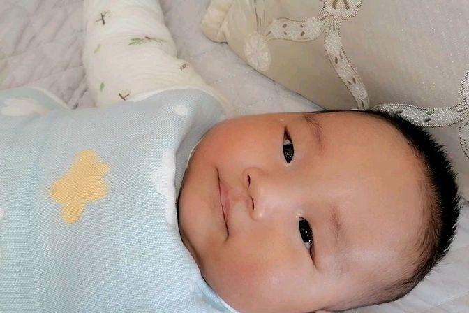 宝宝两个月爸爸说他眼睛有问题,大家帮我看看宝宝真是斗鸡眼吗?