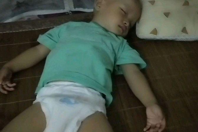 一岁多的宝宝特别爱出汗而且还不长个是什么原因呢